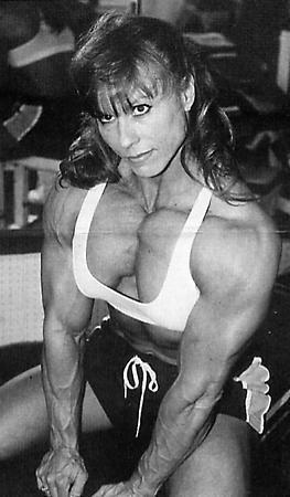 عضلات برجسته دختر ورزشكار بدنساز